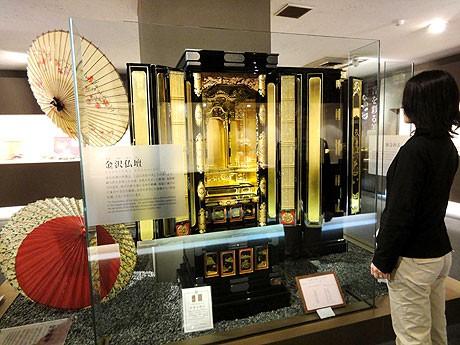 石川県立伝統産業工芸館で展示中の金沢仏壇