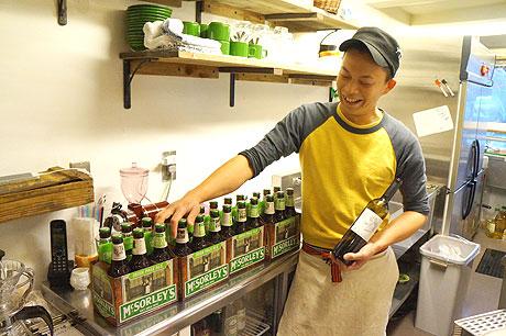 届いたばかりの輸入ビールを説明する谷村さん