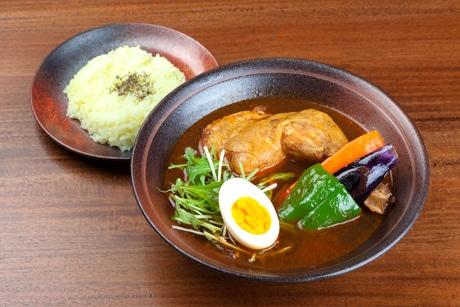 「やわらかチキンのスープカレー」(980円)。具はボイルしたチキン+基本野菜4種+ゆで卵。テイクアウトも可能。