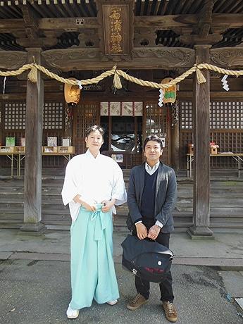 宮司の長谷さん(左)と「趣都金澤」の高山さん(右)