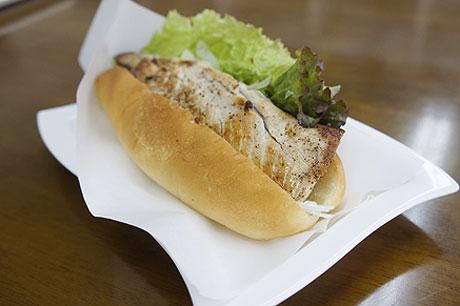 県内の港で水揚げされたサバを使ったイスタンブール風サンドイッチ