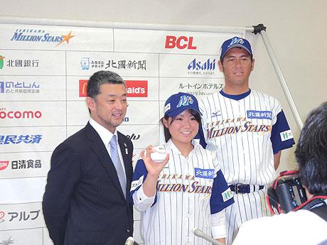 「石川ミリオンスターズ」のユニホームに着替え、端保社長(左)、森監督(右)と共に写真に収まる吉田投手