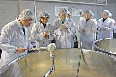 第1期の授業で行われた金沢・大野の醤油蔵を見学する受講生たち