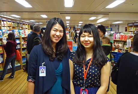 同船ボランティアスタッフのツェ・キャットさんと島田杏実さん