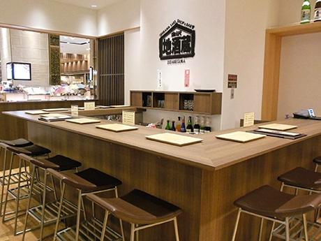 「金沢地酒蔵」に新設されたバー。「意外にも地元客の利用が多い」という。