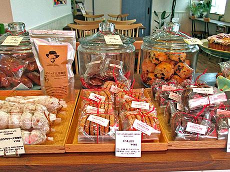 焼き菓子や旬の果物を使ったコンフィチュールが並ぶ