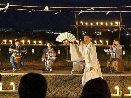 幻想的な田んぼを舞台に舞を披露する藤間信乃輔さん