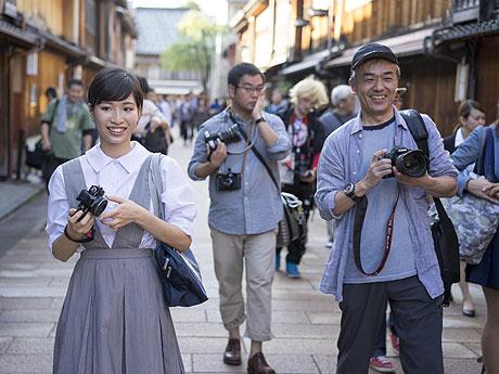 ひがし茶屋街で撮影するモデル、参加者たち