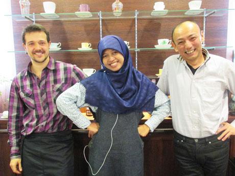 ショップマネジャーの太田さんと留学生スタッフ