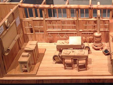 細かい部分まで竹で表現した作品「思い出の校舎」