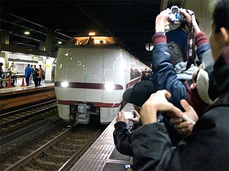 特急「はくたか」が金沢駅を出発する最終列車