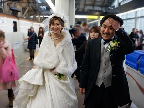 金沢駅から新幹線に乗り込むウエディングドレス姿の新婦