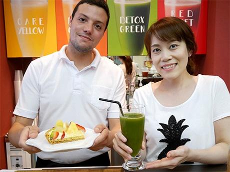 店長の藤井さんとスタッフのアドリアンさん