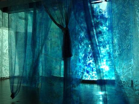 オーガンジー布に投影された映像作品
