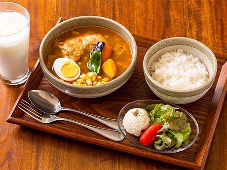 ベースのスープの種類と辛さを選べるスープカレーのセットメニュー
