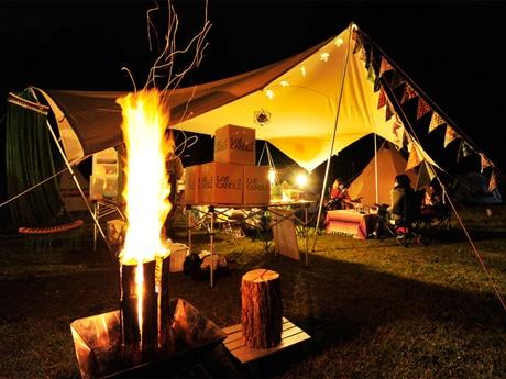 丸太を利用して作るキャンドル「ログキャンドル」が力強く照らす「グランジェ」のキャンプ