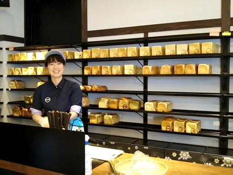 移転した「新出製パン所」の店内