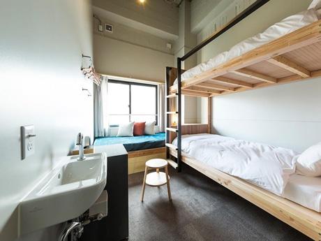 2段ベッドとソファベッドを備えた個室