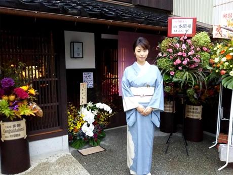 オープン初日、店舗前に立つMEGUMIさん