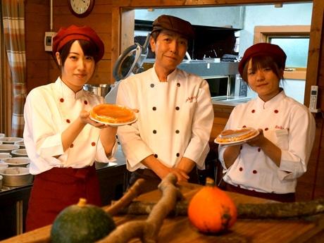チーズケーキをPRする「ベイクワン」のオーナーとスタッフ