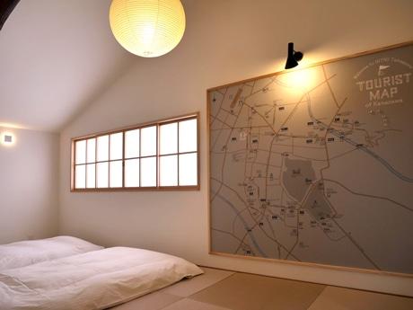 オリジナルマップを壁に掲げた和室