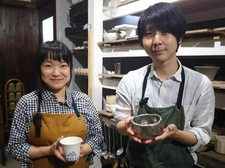 陶芸教室を開いた九谷焼作家の東元さん夫婦