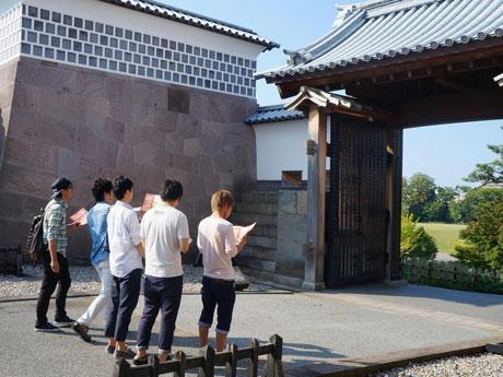 金沢城公園で謎解きツアーにする参加者の様子