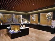 金沢箔の箔一、上質工芸品の新ギャラリー びょうぶ、掛け軸、飾り皿など約100点