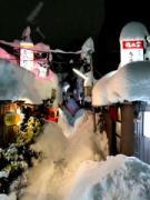 大雪の金沢、昭和レトロな屋台街が「千と千尋の神隠し状態」に