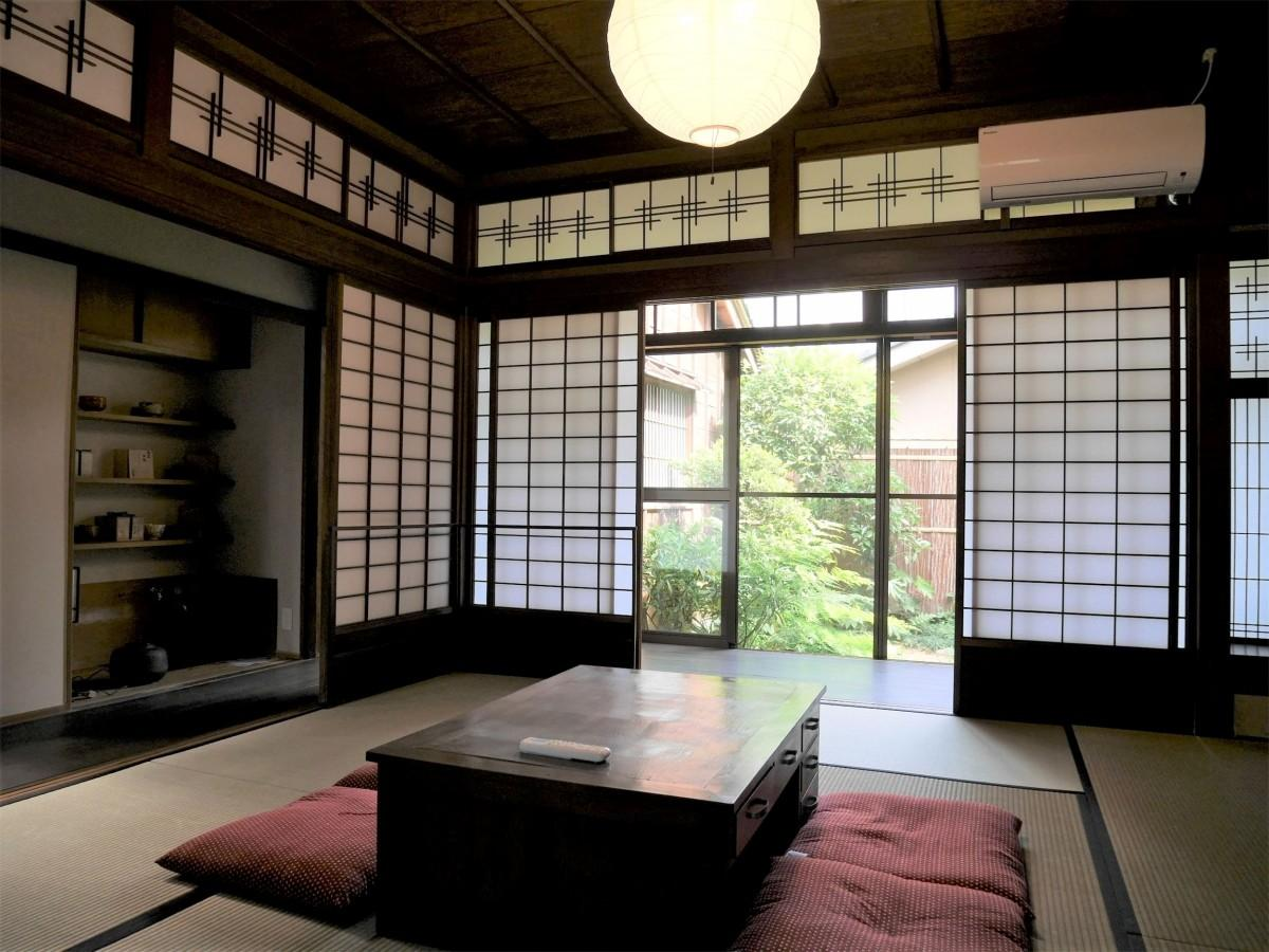 中庭を眺めることができる和室