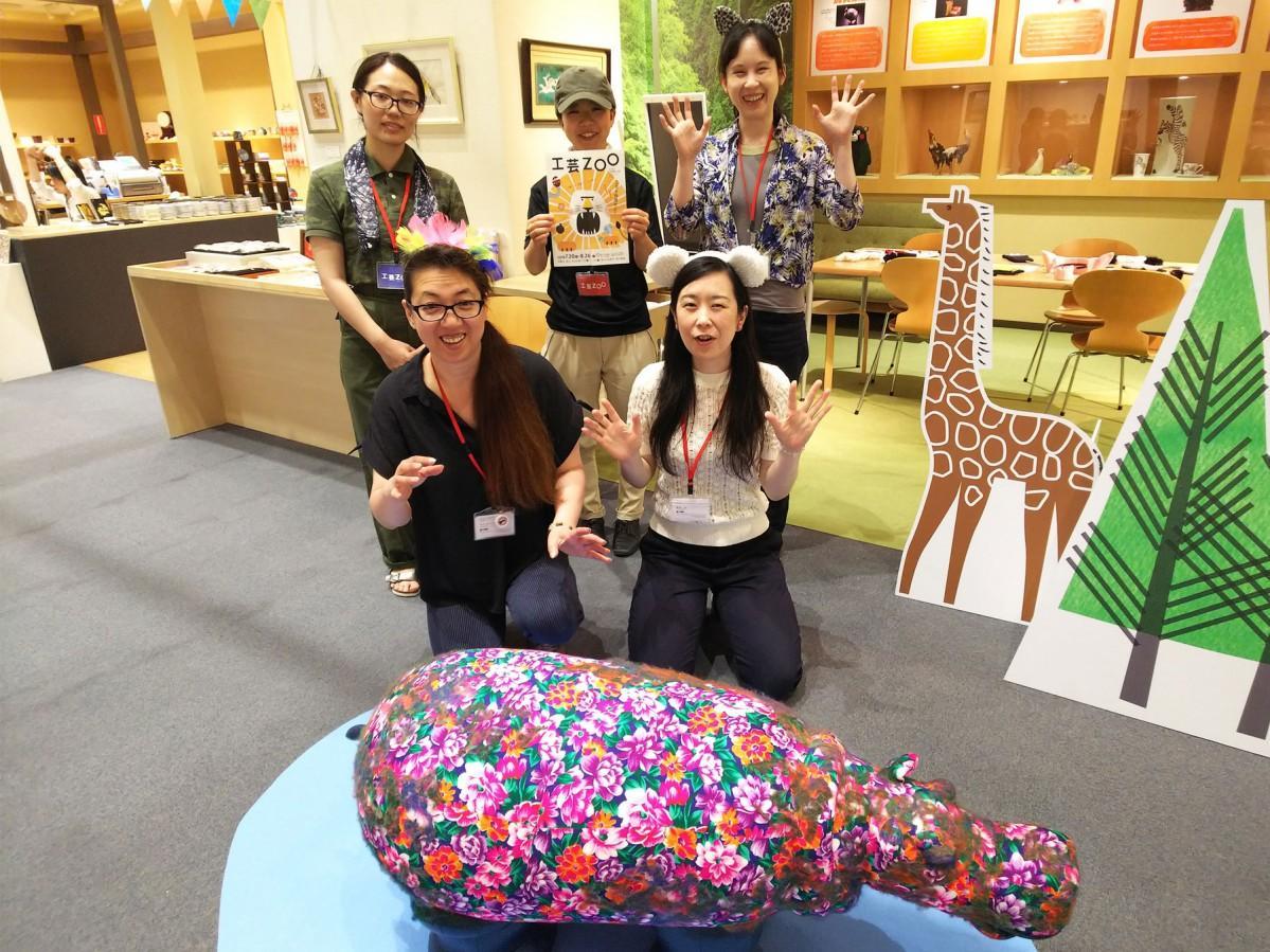 同館職員や伝統工芸士らは、飼育員姿や動物になり切り出迎える