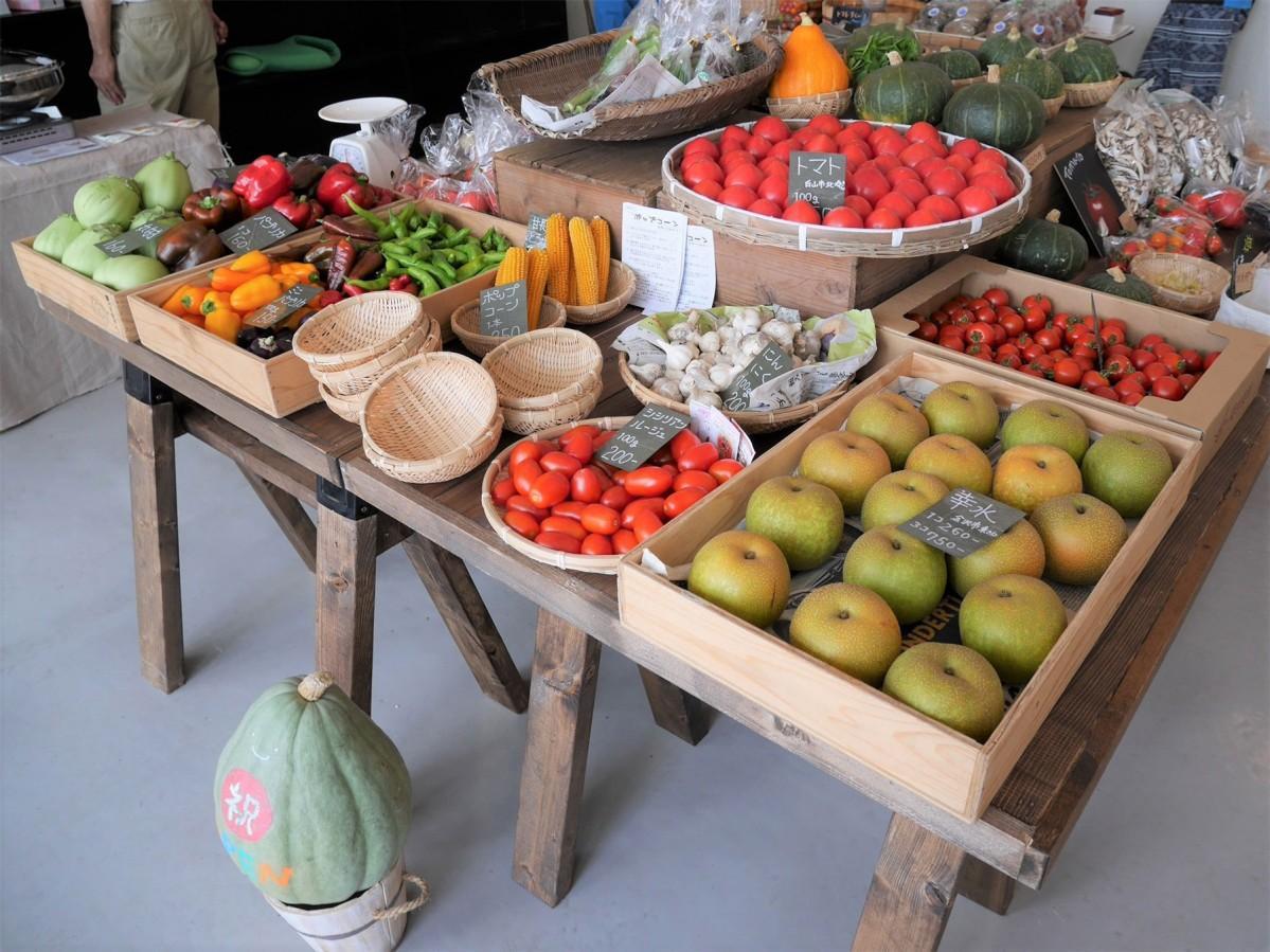 「香土」店頭にずらりと並ぶ野菜