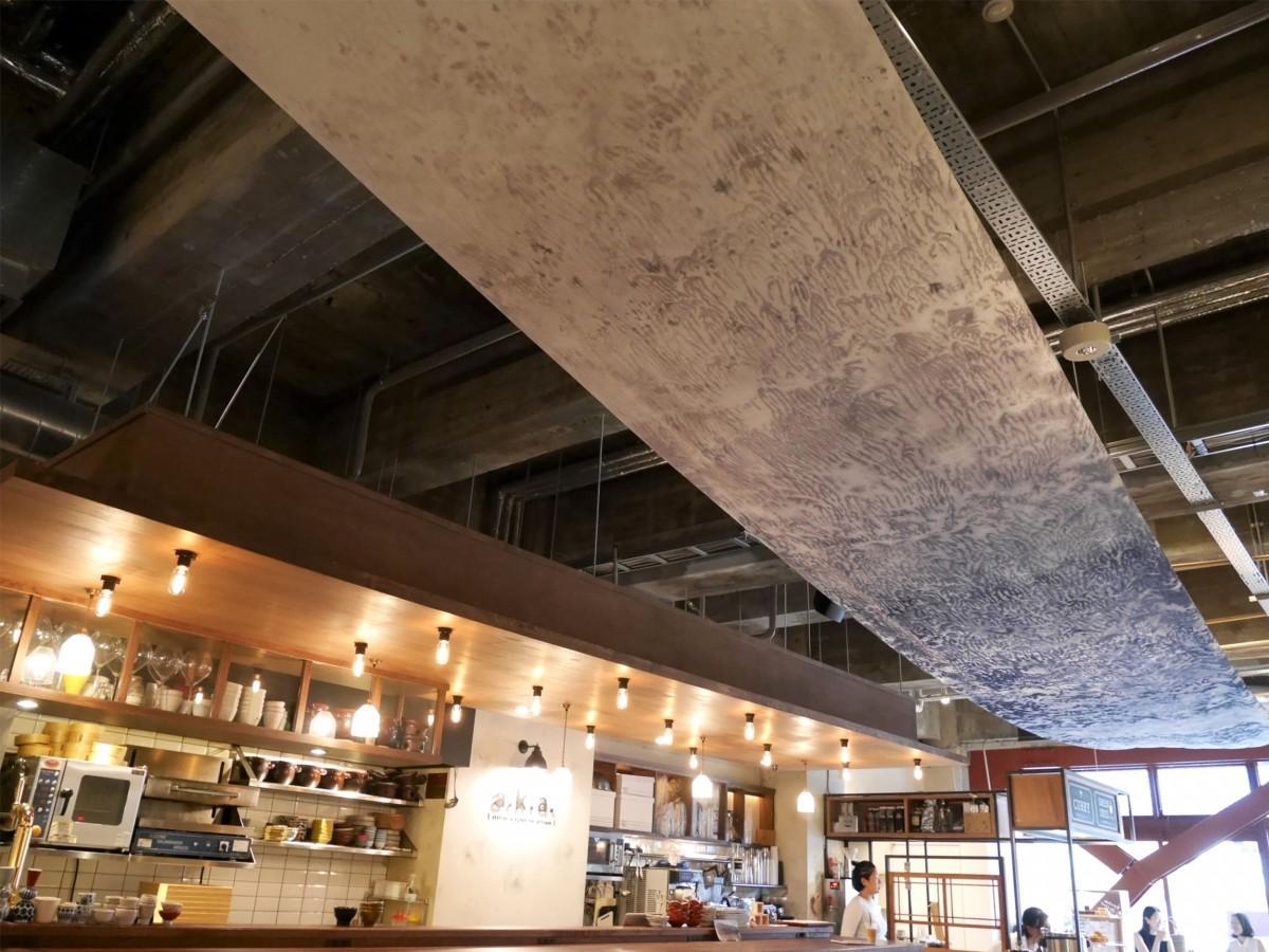 天井につるされた大型の布作品
