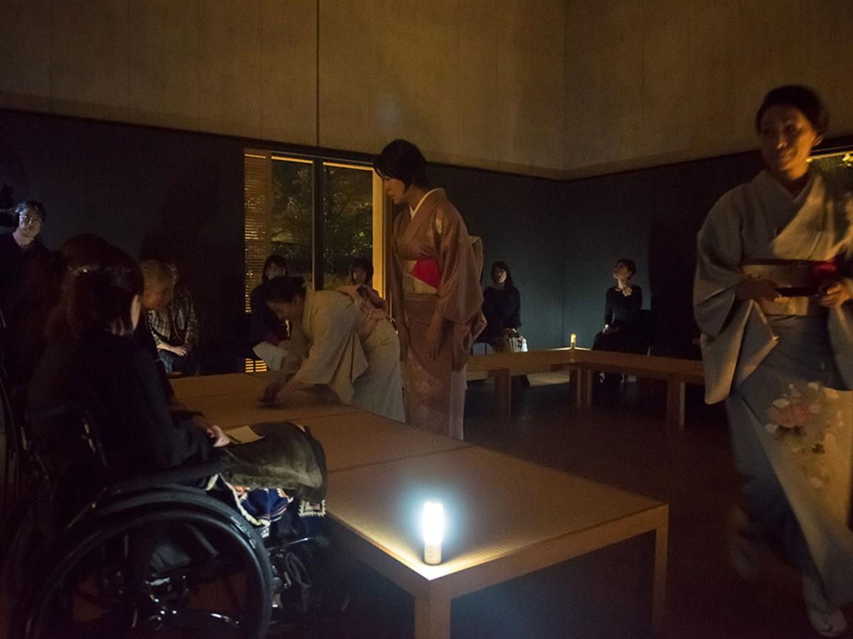 ユニバーサルデザインいしかわが昨年開催した暗闇での茶会の様子