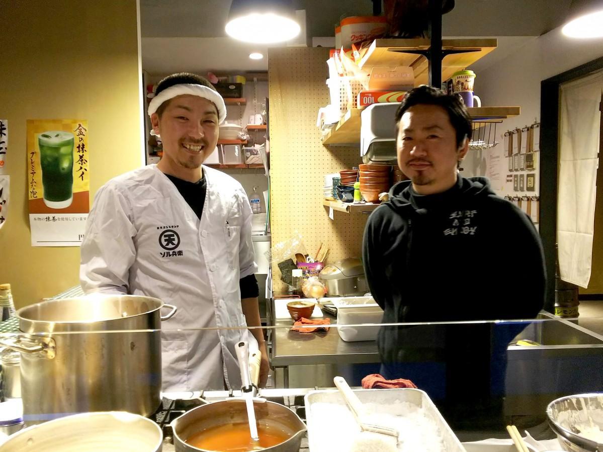 気軽に天ぷらを楽しんで、と笑顔を見せるスタッフ