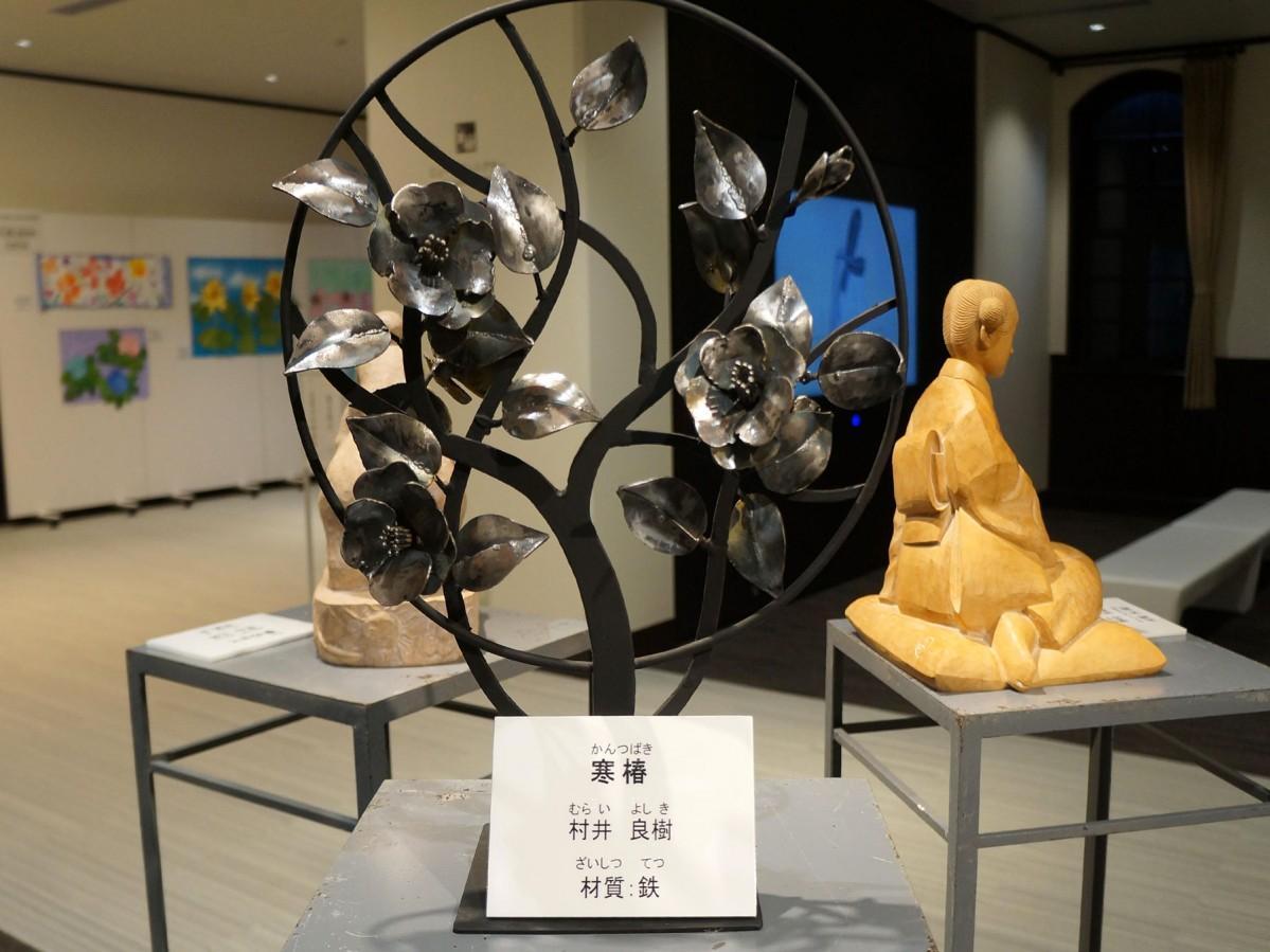村井良樹さんの作品「寒椿」