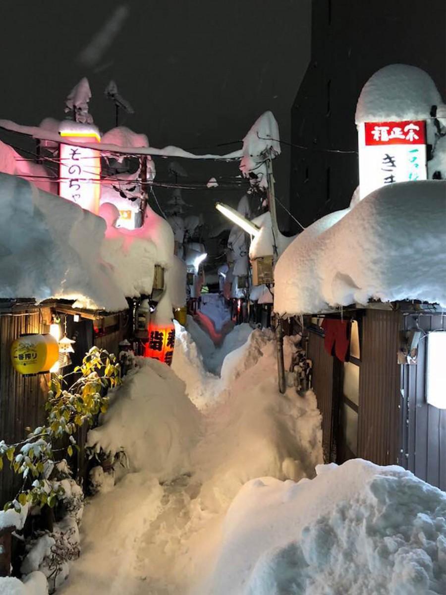映画のワンシーンのような大雪の「金沢中央味食街」