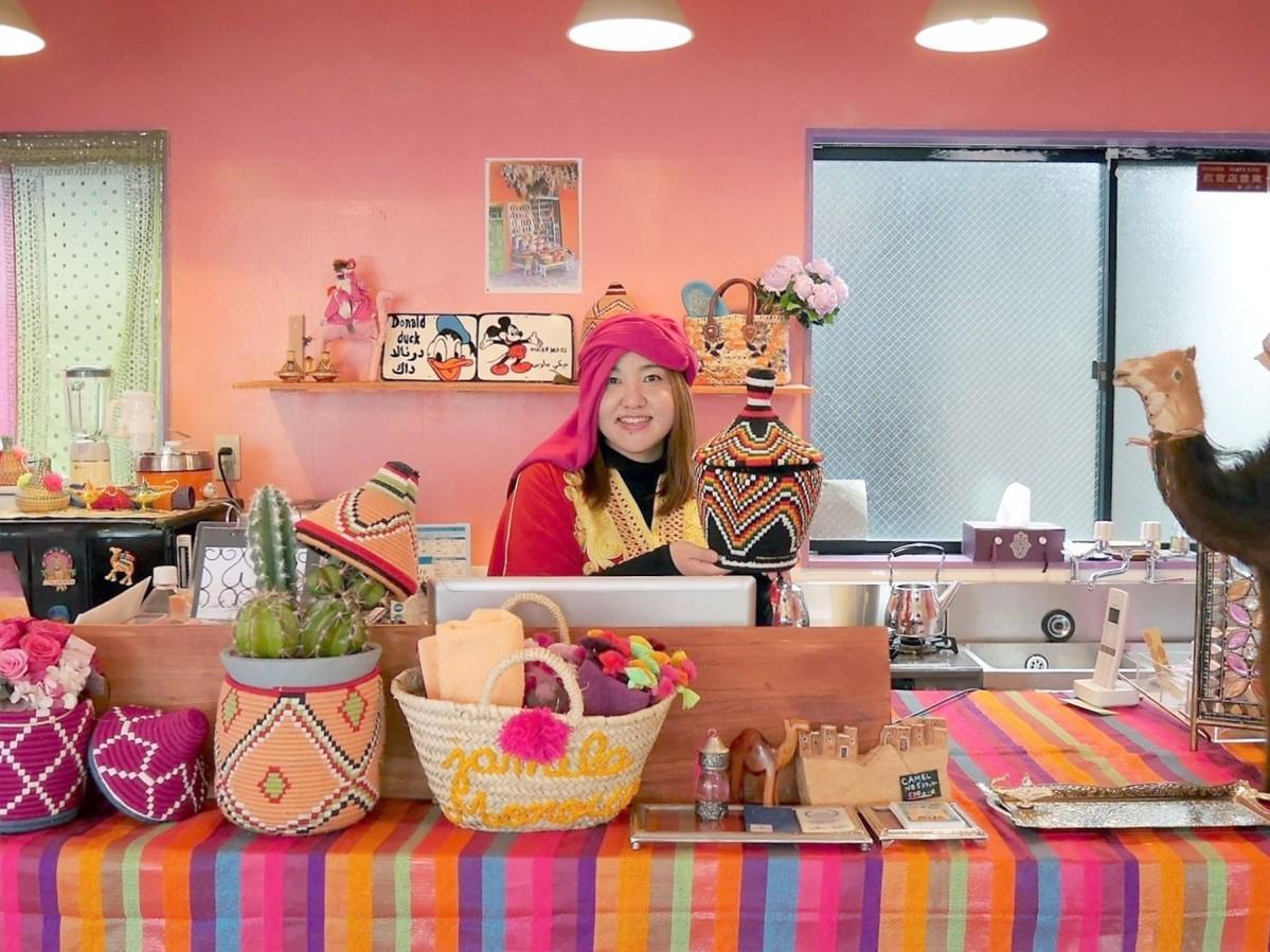 モロッコの民族衣装を身に着けたオーナーの野村睦子さん