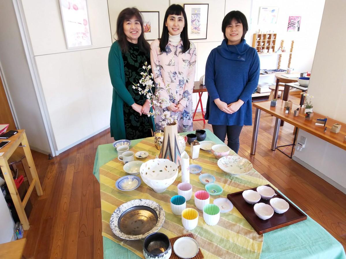 オーナーの東田由美さん(左)、画家の松岡理恵さん(中)、ガラス作家の奥村朝美さん(右)