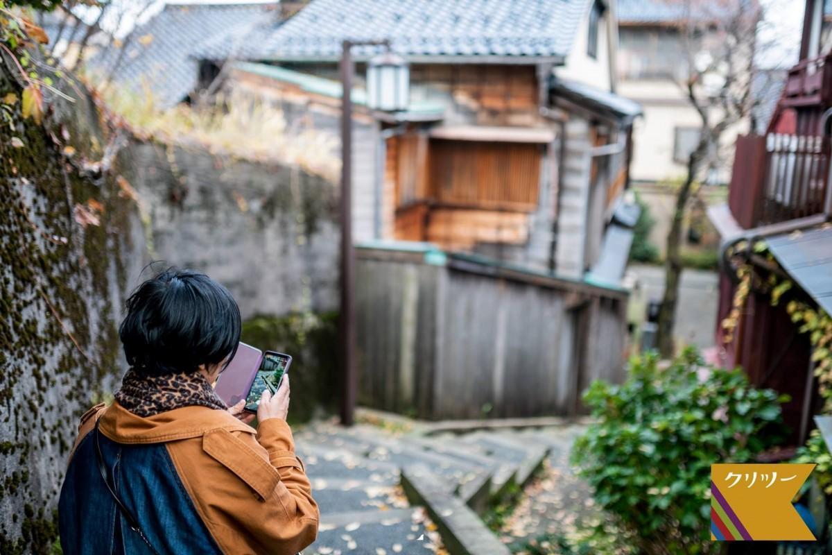 ツアー中に景色を撮影するイメージ