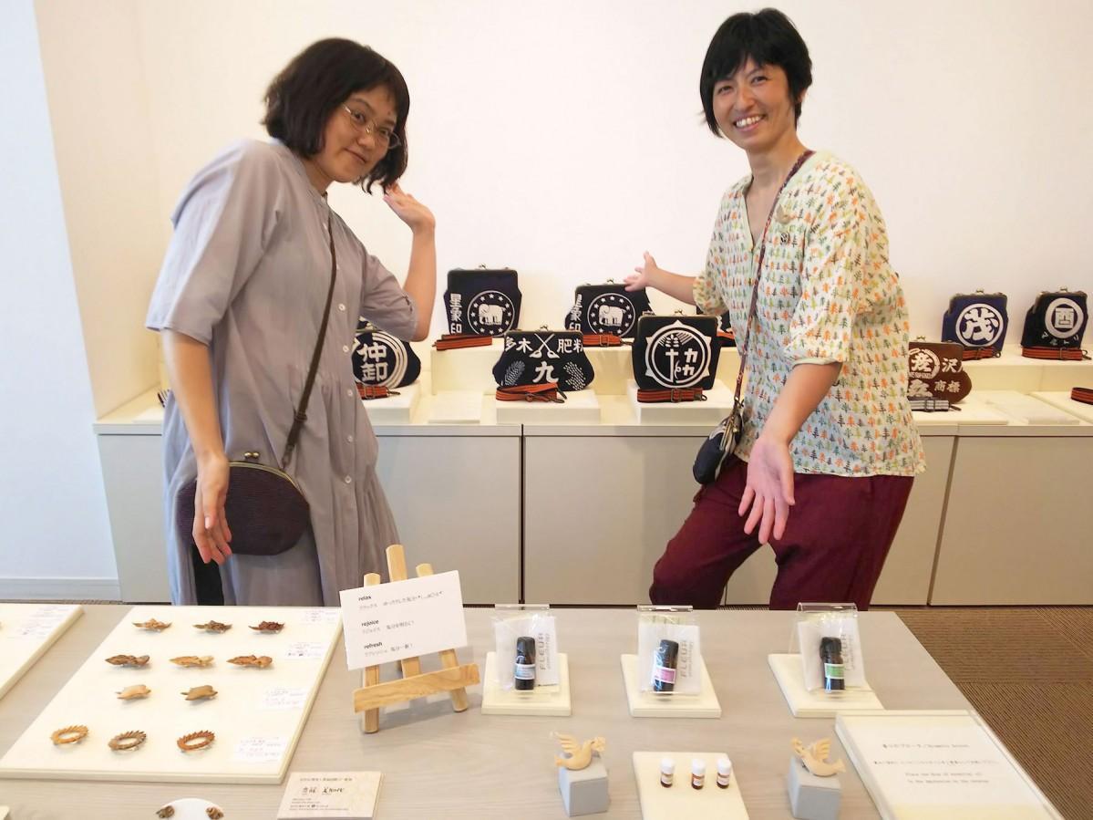 がま口作家のスズキアコさん(左)と、木彫刻作家の齊藤美知代さん(右)