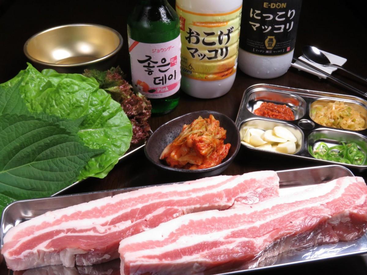 「マッコリプリンス1号店」の看板料理「熟成豚のサムギョプサル」