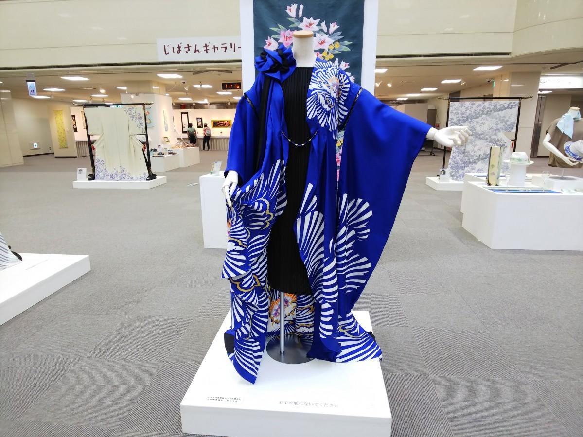 着物から友禅シャツ・ドレス・指スケボーまで幅広い作品が並ぶ