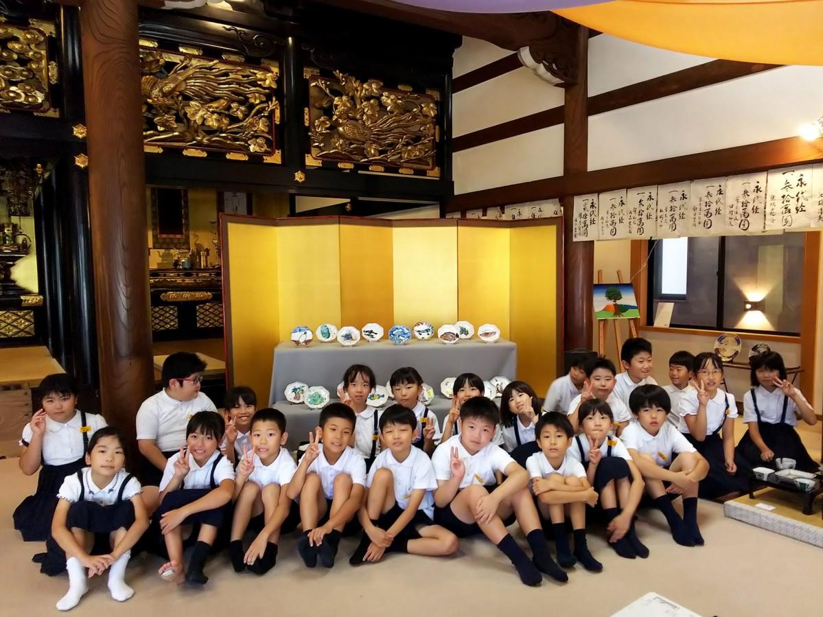 地元小学校の3年生も九谷焼の作品を出展した