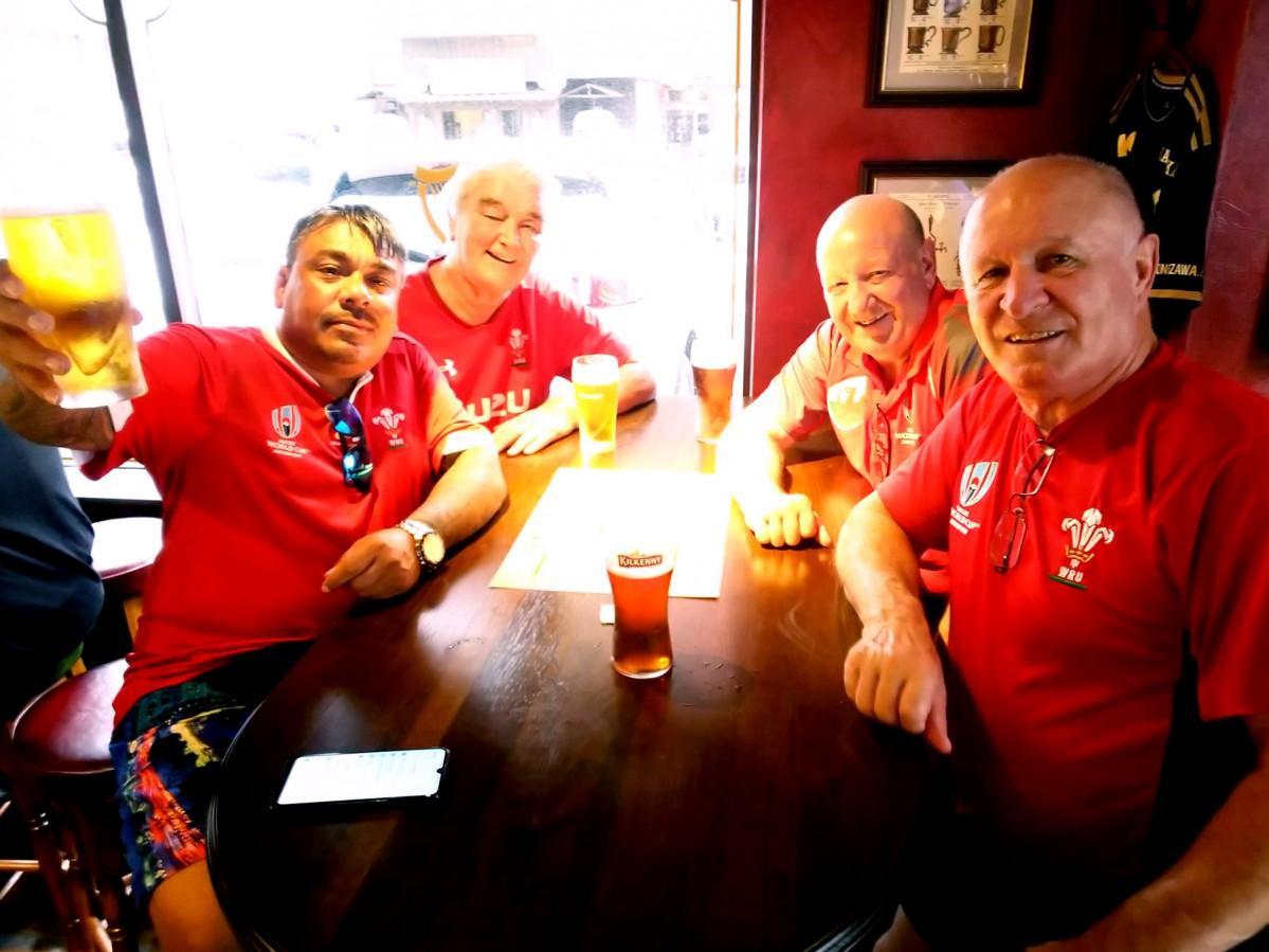 ビール片手にラグビーワールドカップを観戦する外国人客