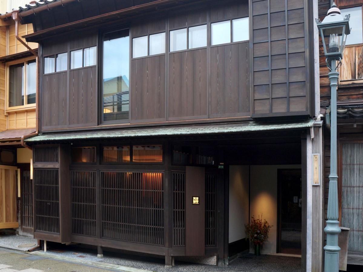 金沢のにし茶屋街にオープンした日本料理店「賛否両論」の外観