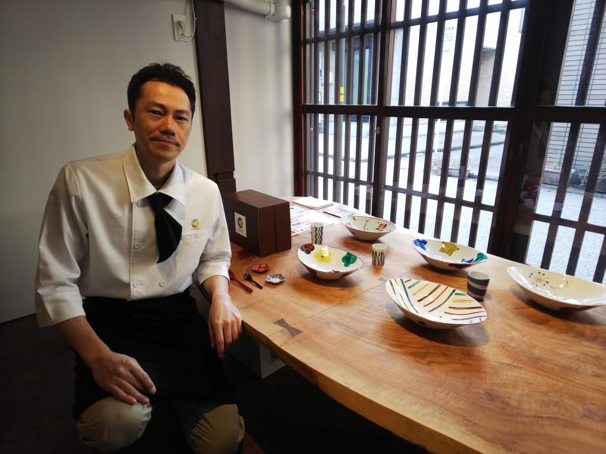 「金澤ななほしカレー」店主の西橋さんと九谷焼作家・赤地さんの工芸カレー皿