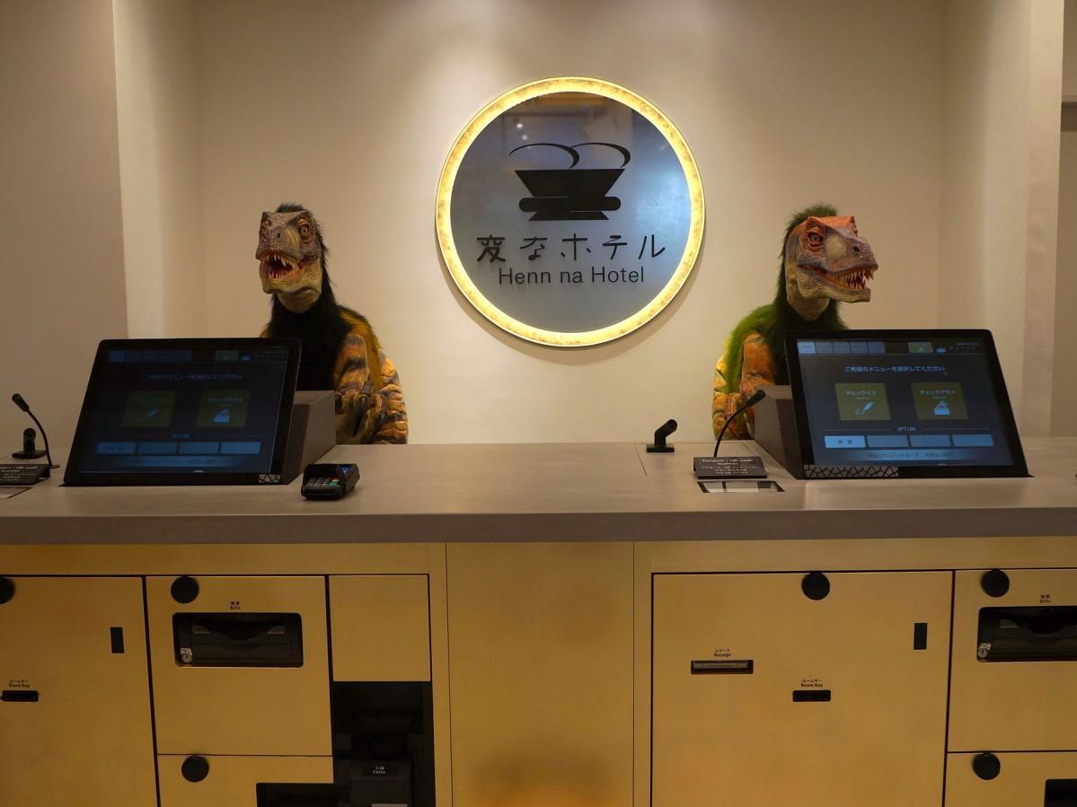 「変なホテル金沢 香林坊」のフロントで出迎える恐竜ロボット
