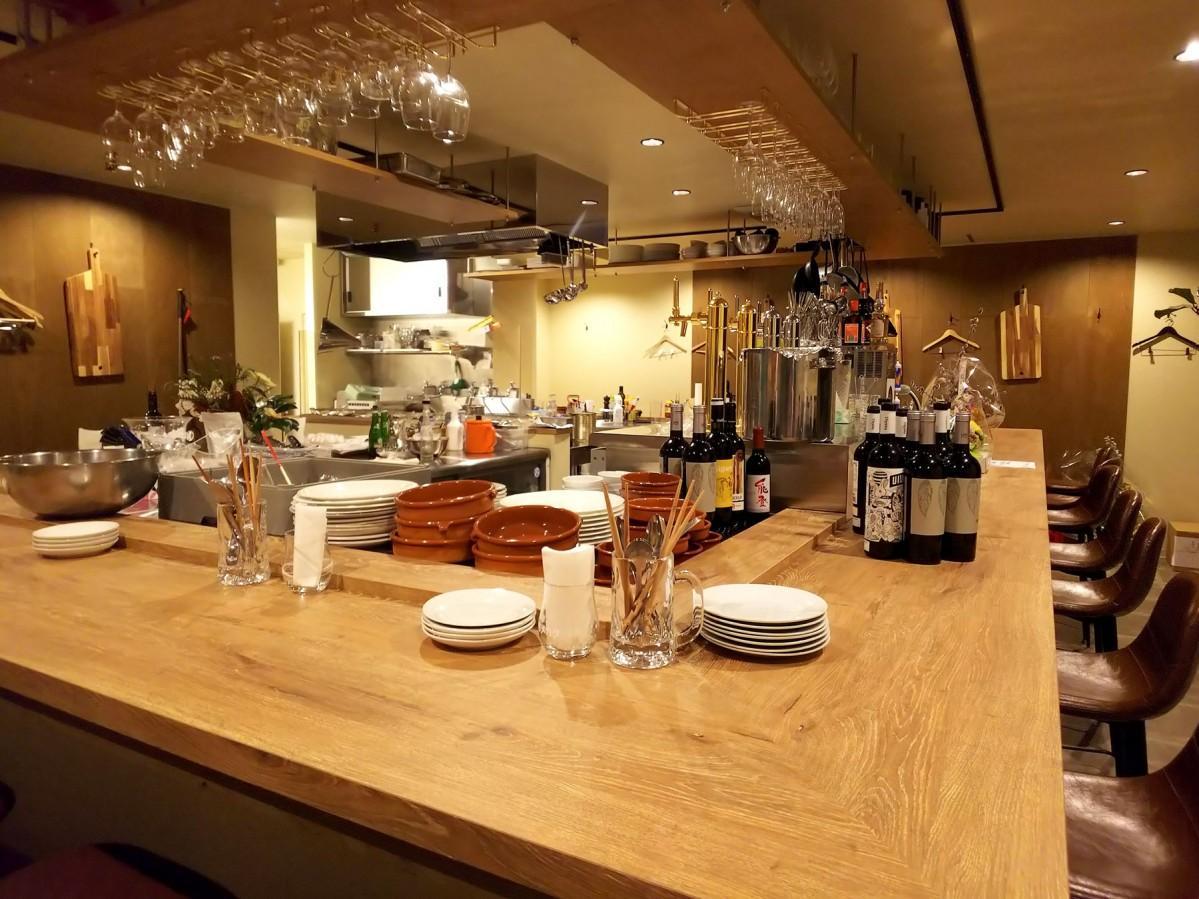 スペイン料理店「タパス イ アヒージョ セルベセリア オッチョ」の店内