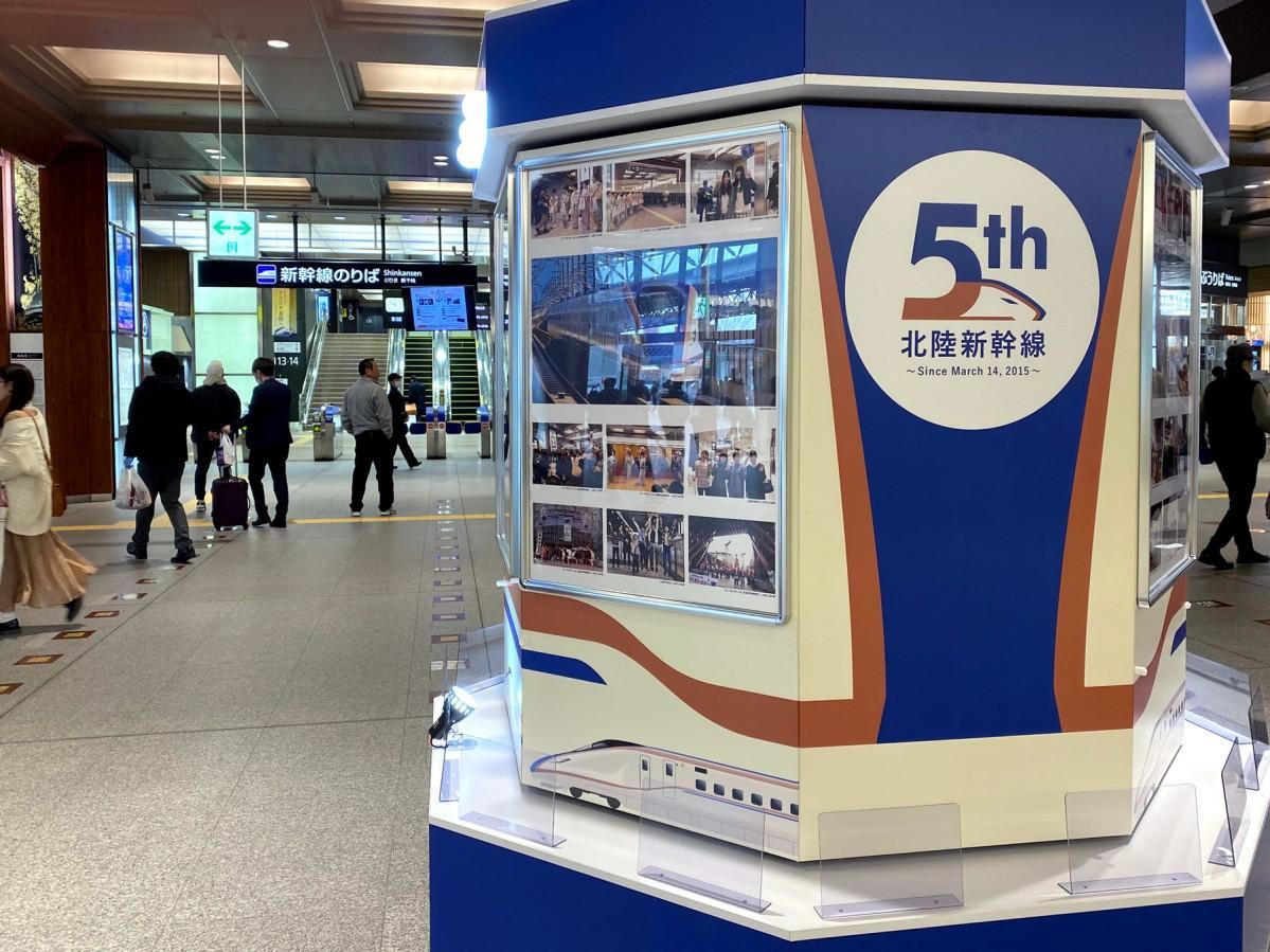 1カ月限定で新幹線の改札口前に設置されたモニュメント
